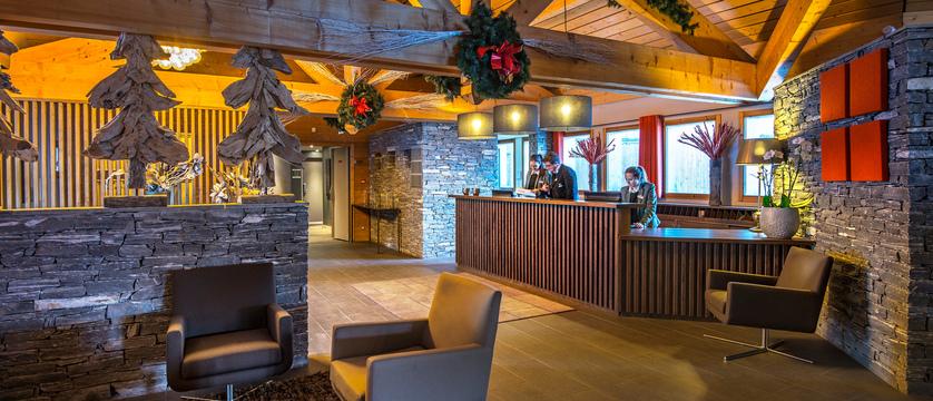 france_three-valleys-ski-area_les-menuires_hotel-le-kaya_reception-lobby.jpg